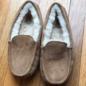 Boys size 6 ascot UGG moccasins - nice condition